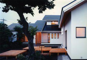 禅次丸の木のある家